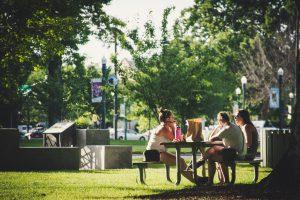 Ludzie rozmawiający w parku